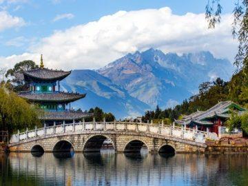 beautiful-view-jade-dragon-snow-mountain-suocui-bridge-black-dragon-pool-jade-spring-park-lijiang-yunnan_37874-1801